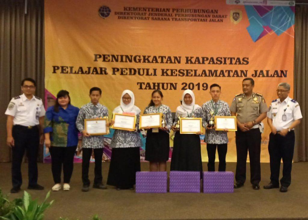 Peserta pelatihan dari kalangan pelajar se Indonesia, saat penutupan di Hotel Santika Premiere, Harapan Indah Kota Bekasi. Sementara gambar lain saat 5 pelajar terpilih sebagai peserta terbaik (foto: Nur Terbit)
