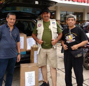 Presiden DPP KAI Adv Erman Umar SH didampingi 2 pengurus lainnya saat menyiapkan bantuan korban banjir (Ist/Nur)